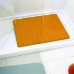 Haz de tu ducha un espacio seguro con TABLE. Su relieve inferior evita deslizamientos y permite el correcto desagüe del agua